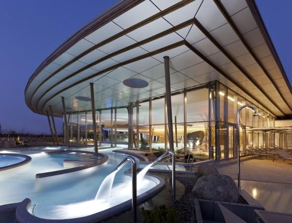 Un complexe de travail et de loisirs casino barri re for Lumiere exterieur facade